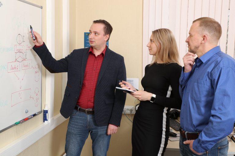 Егор Усанин обучает сотрудников